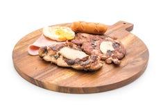 mengeling geroosterd lapje vlees op houten plaat Stock Afbeeldingen