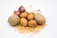 Mengeling van de ui en het knoflook van de eiaardappel op het nest met witte achtergrond stock foto