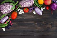 Mengeling van de verse groente van de landbouwersmarkt van hierboven op de oude houten raad met exemplaarruimte Gezonde het eten  Royalty-vrije Stock Afbeelding