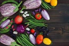 Mengeling van de verse groente van de landbouwersmarkt van hierboven op de oude houten raad met exemplaarruimte Gezonde het eten  Stock Afbeelding