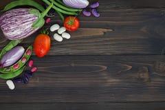 Mengeling van de verse groente van de landbouwersmarkt van hierboven op de oude houten raad met exemplaarruimte Gezonde het eten  Stock Fotografie
