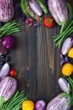 Mengeling van de verse groente van de landbouwersmarkt van hierboven op de oude houten raad met exemplaarruimte Gezonde het eten  Royalty-vrije Stock Afbeeldingen