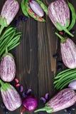 Mengeling van de verse groente van de landbouwersmarkt van hierboven op de oude houten raad met exemplaarruimte Gezonde het eten  Stock Foto