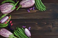 Mengeling van de verse groente van de landbouwersmarkt van hierboven op de oude houten raad met exemplaarruimte Gezonde het eten  Stock Afbeeldingen