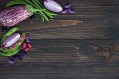 Mengeling van de verse groente van de landbouwersmarkt van hierboven op de oude houten raad met exemplaarruimte Gezonde het eten  Royalty-vrije Stock Foto