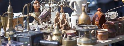 Mengeling van decoratieve keukenkeramiek bij vlooienmarkt royalty-vrije stock afbeeldingen