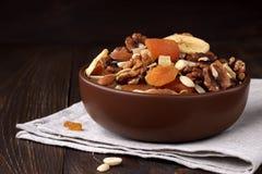 Mengeling van droge vruchten en noten in kom op een lijst Stock Afbeeldingen