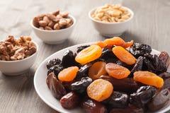Mengeling van droge vruchten en noten op een houten lijst Stock Afbeeldingen