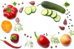 mengeling van gesneden komkommer, knoflook, zoete die groene paprika en peterselie op witte achtergrond wordt geïsoleerd Hoogste  royalty-vrije stock afbeeldingen
