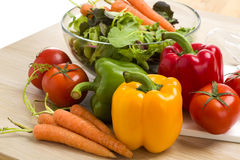 Mengeling van groenten op salade Stock Fotografie