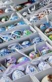 Mengeling van multicolored levendige paaseieren op de markt Royalty-vrije Stock Afbeelding