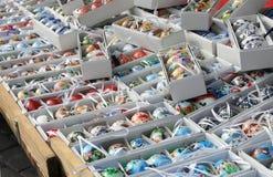 Mengeling van multicolored levendige paaseieren op de markt Royalty-vrije Stock Fotografie