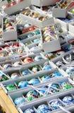 Mengeling van multicolored levendige paaseieren op de markt Stock Afbeelding