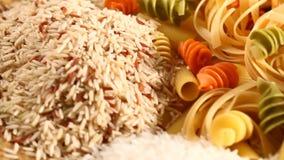 Mengeling van rijst en brood met deegwaren stock videobeelden