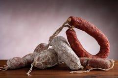 Mengeling van salami stock afbeeldingen