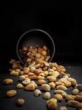 Mengeling van smakelijke noten op donkere lijst royalty-vrije stock foto's