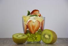 Mengeling van vers fruit en bessen stock afbeelding
