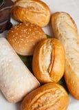 Mengeling van vers gebakken broodjes op katoenen doek Royalty-vrije Stock Foto