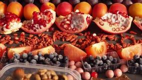 Mengeling van verse vruchten bessennoten, chocoladerijken met ingrediënten van het resveratrol de ruwe voedsel voedingsachtergron stock footage