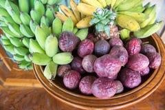 Mengelingsfruit op trencher Royalty-vrije Stock Afbeeldingen