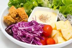 Mengelingsfruitsalade met gebraden kip Stock Afbeelding