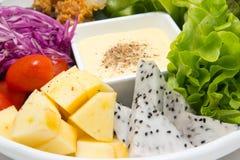 Mengelingsfruitsalade met gebraden kip Stock Foto