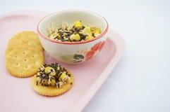 Mengelingsgraan, haver, chocolade en gezoete condens gezet op cracker Stock Foto