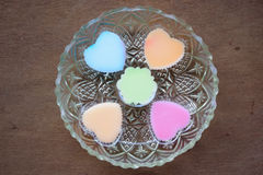 Mengelingskleur hart-vormige zoete gelei in glasschotel Royalty-vrije Stock Afbeeldingen