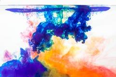 mengelingskleuren in water Stock Afbeelding