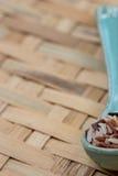 Mengelingsrijst op blauwe lepel, bij het dorsen van mand Stock Fotografie
