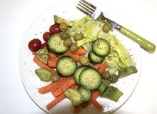 Mengelingssalade op een witte plaat stock afbeelding