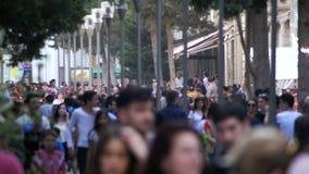 Mengen-anonyme Leute, die auf die Straße in der Unschärfe gehen Langsame Bewegung stock video footage