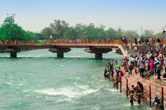Mengen auf der Bank von ganga in Haridwar Lizenzfreie Stockfotos