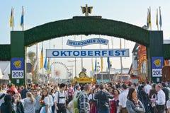 Mengen beim Oktoberfest lizenzfreie stockfotos
