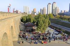 Mengen in der Freizeit am Quadrat alter Wand Xian Stockbild