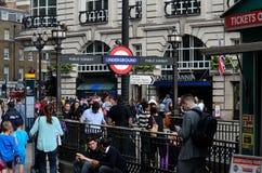 Mengen der Leutemenschenmenge Piccadilly-Zirkus-U-Bahn-U-Bahnstation London England Stockfotografie