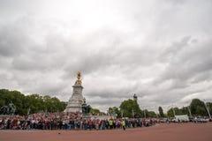Mengen, die auf das Ändern des Schutzes im Buckingham Palace warten stockbild