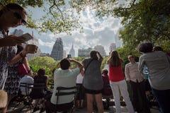 Mengen, die bei Eklipse 2017 in New York City anstarren stockfotos