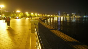 Mengen-Leute in der Nacht gehen entlang den Damm der Stadt-Straße Geschossen auf Kennzeichen II Canons 5D mit Hauptl Linsen stock video footage