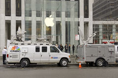 Mengen von den Kunden außerhalb Apple Stores in New York die Apple-Uhr vorbestellend Stockfotos