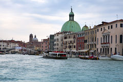 Mengen von Touristen auf Brücke und Booten im Kanal am 24. September 2010 in Venedig Italien Stockfotos