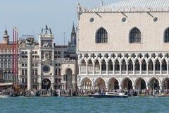 Mengen von Touristen auf St- Mark` s quadrieren in Venedig Italien Stockfotos