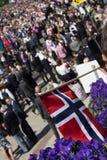 Mengen, welche die Straße für die Kind-` s Parade an Norwegen-` s Nationaltag, 17. von Mai zeichnen Stockfoto