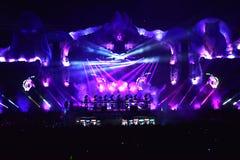 Mengen zich van DJ levend op het stadium bij een muziekfestival Stock Fotografie