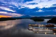 Mengkabong河和Mt Kinabalu 库存照片