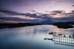 Mengkabong-Fluss und Mt Kinabalu Stockbilder