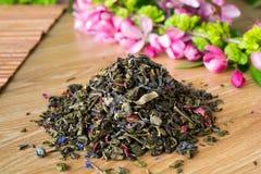 Mengsel van groene thee op een lijst met colours4 Stock Fotografie