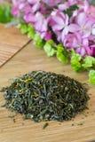 Mengsel van groene thee op een lijst met kleuren Royalty-vrije Stock Afbeeldingen