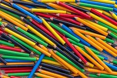 Mengsel van kleine kleurpotloden stock afbeelding