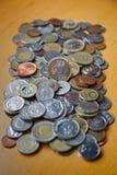 Mengsel van oude muntstukken en wettig betaalmiddel van verscheidene landen stock afbeelding